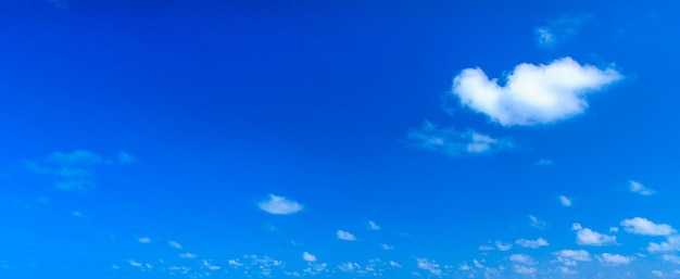 Nuvens brancas contra céu azul