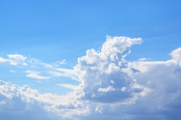 Nuvens brancas contra o céu azul