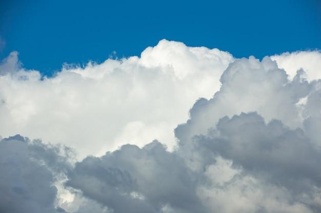 Nuvens brancas contra um céu azul de março dia ensolarado