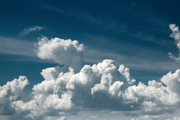 Nuvens brancas contra um céu azul