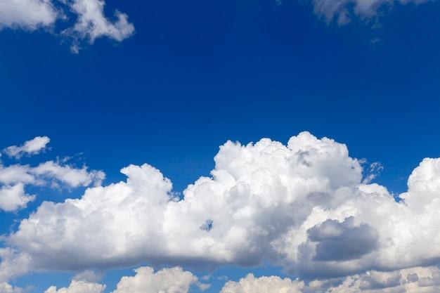 Nuvens brancas de close-up no céu azul, profundidade de campo rasa
