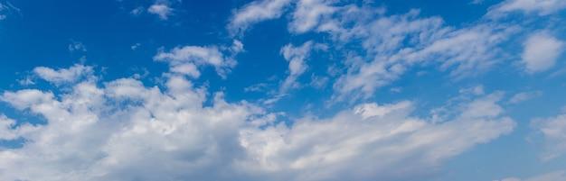 Nuvens brancas de diferentes formas em um céu azul, panorama