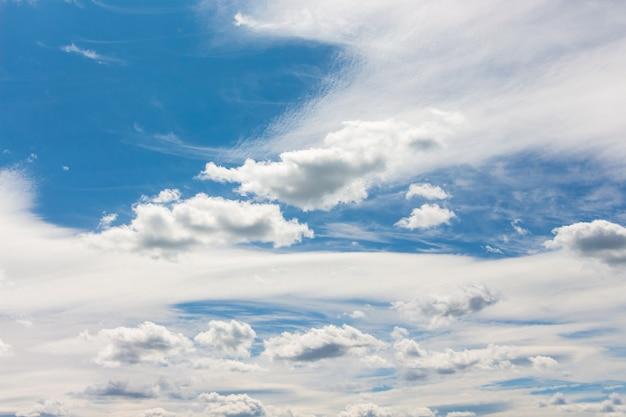 Nuvens brancas de diferentes formas no fundo de um céu azul_