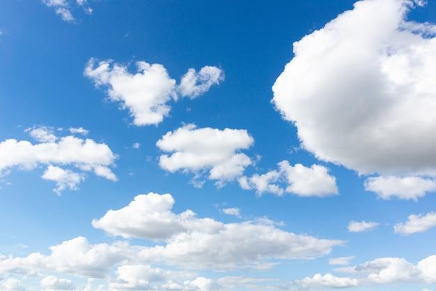 Nuvens brancas de fumaça contra um céu azul