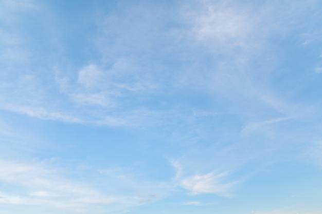 Nuvens brancas de liberdade no céu azul para plano de fundo natureza