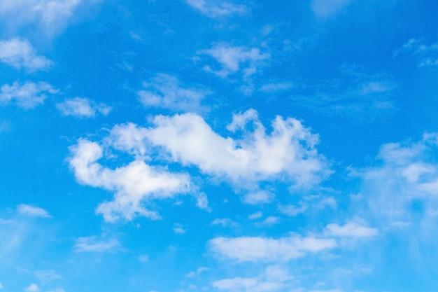 Nuvens brancas de tamanho pequeno em um céu azul com tempo ensolarado