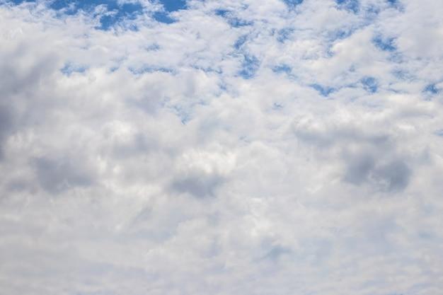 Nuvens brancas densas em um céu azul