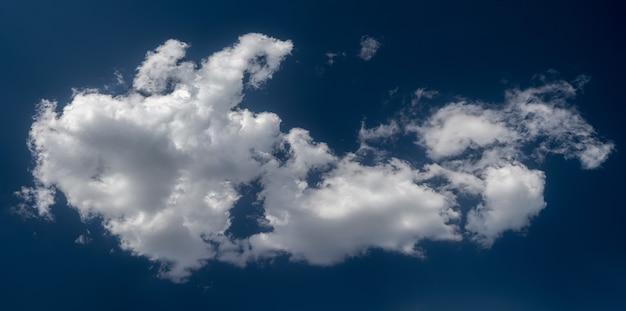 Nuvens brancas dramáticas