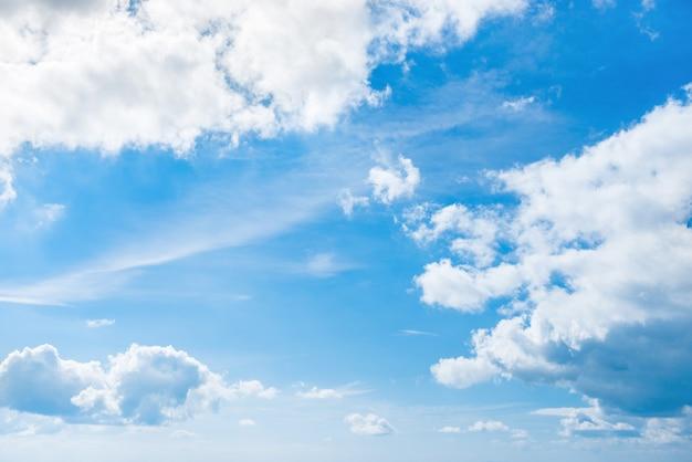 Nuvens brancas e céu azul para o fundo da natureza