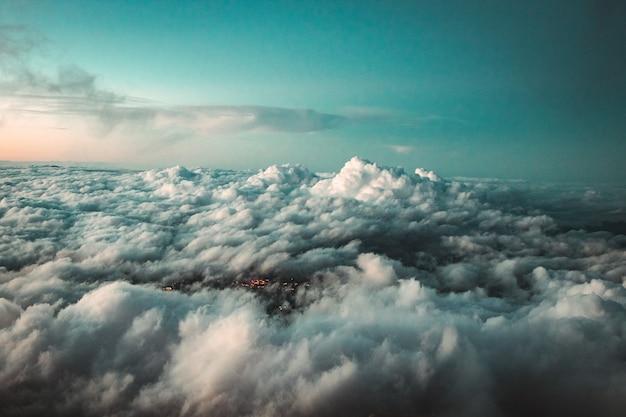Nuvens brancas e céu azul