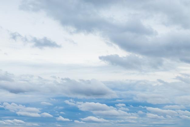 Nuvens brancas e céu