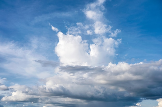 Nuvens brancas e fundo natural do céu azul