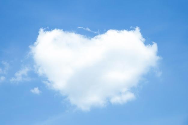 Nuvens brancas em forma de coração no céu azul