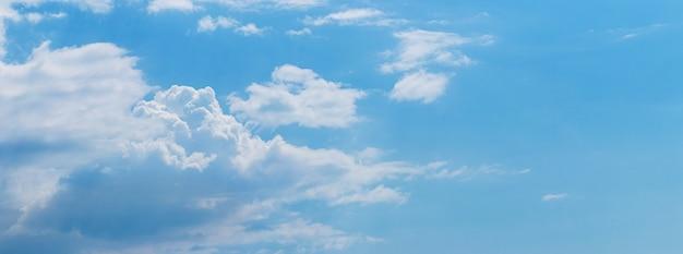 Nuvens brancas em um céu azul com tempo ensolarado, panorama