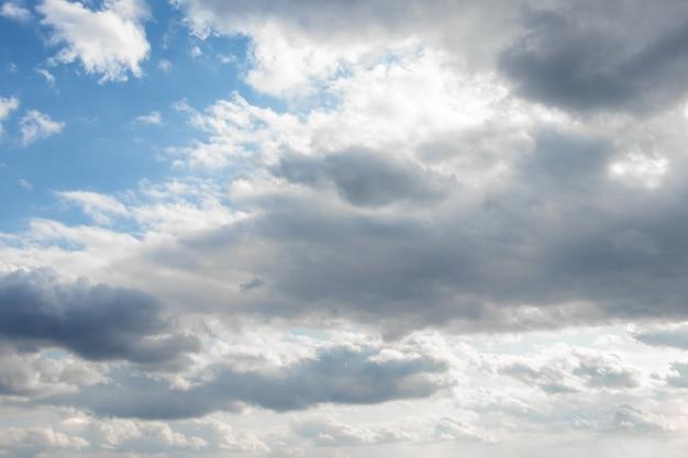 Nuvens brancas em um céu azul com tempo ensolarado
