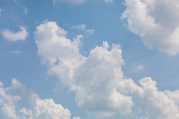 Nuvens brancas em um céu azul.