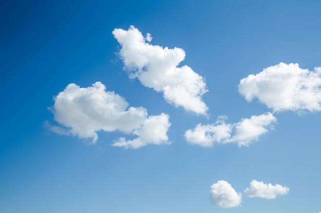 Nuvens brancas fofas no fundo do céu azul das nuvens