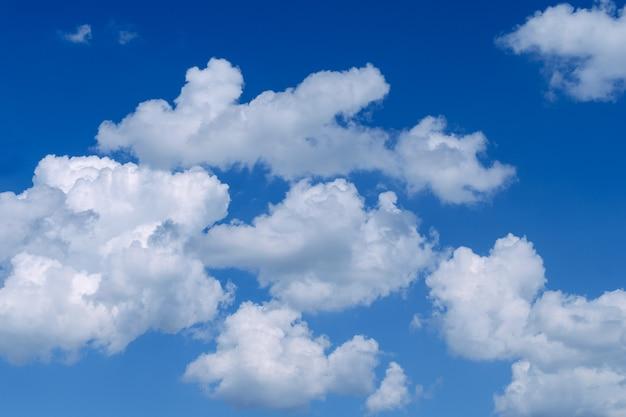 Nuvens brancas fofas no vasto céu azul. fundo abstrato da natureza. fechar-se.