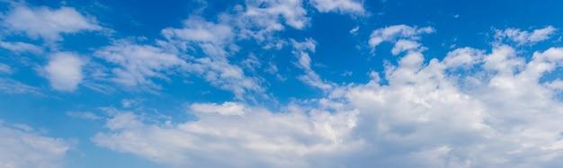 Nuvens brancas luxuosas no céu azul em um dia ensolarado