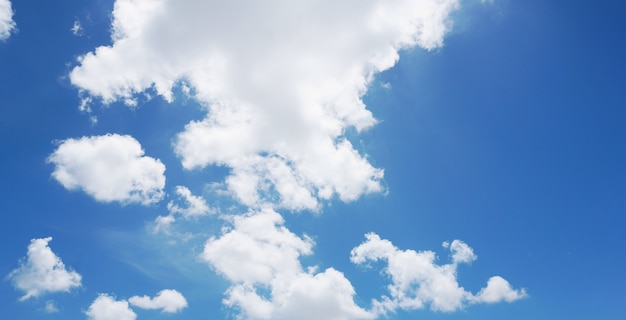 Nuvens brancas macias e céu azul