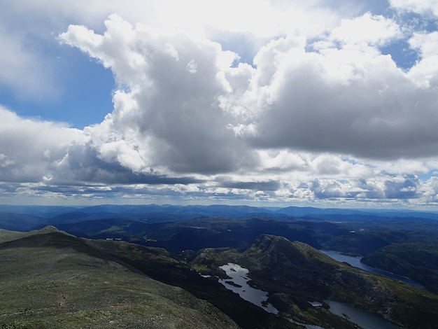 Nuvens brancas no céu acima do vale em tuddal gaustatoppen, noruega