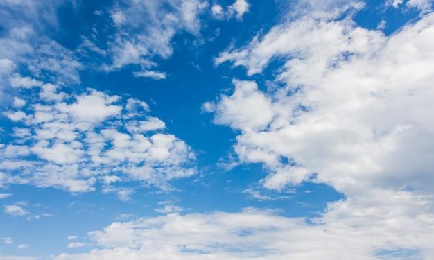 Nuvens brancas no céu azul com tempo ensolarado_ Foto Premium