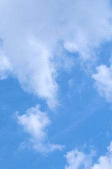 Nuvens brancas no céu azul como pano de fundo.