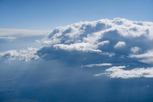 Nuvens brancas no céu azul de perto
