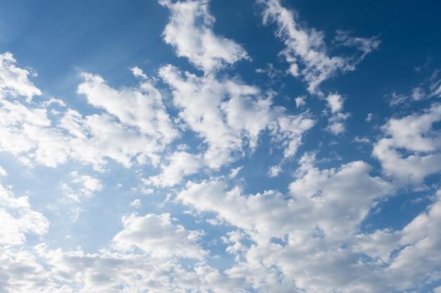 Nuvens brancas no céu azul de verão