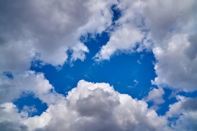 Nuvens brancas no céu azul.