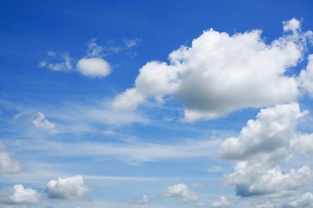 Nuvens brancas no fundo da natureza do céu azul