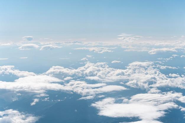 Nuvens brancas vistas de avião