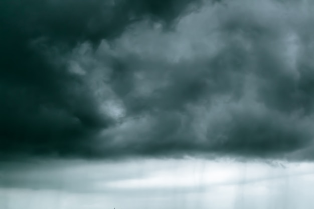 Nuvens chuvosas no céu preto