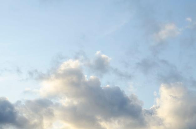 Nuvens cinza-escuras e brancas incríveis durante o pôr do sol contrastavam com um céu de cor mais clara.