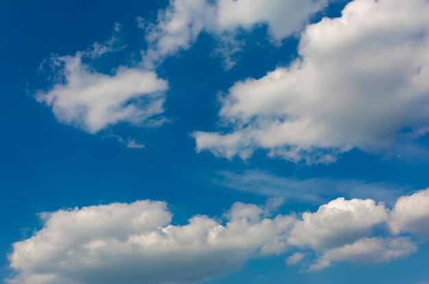 Nuvens cinzas e brancas no céu azul.