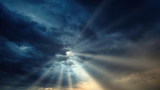 Nuvens cinzentas durante o dia