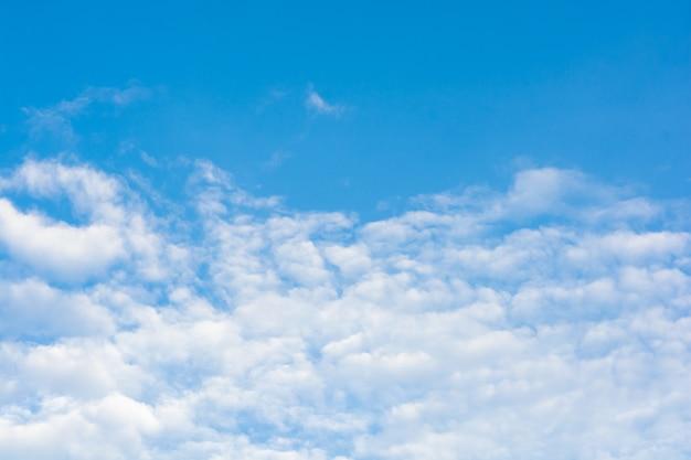 Nuvens cirros no céu azul.