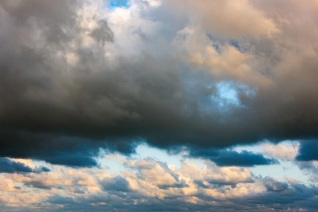 Nuvens coloridas no céu, céu de tempestade
