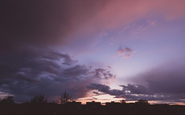 Nuvens coloridas no céu do pôr do sol