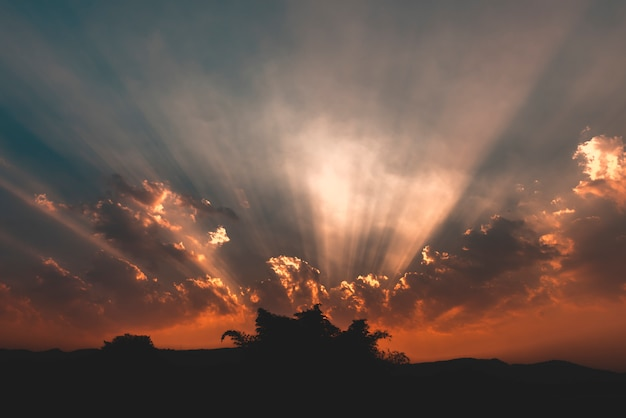 Nuvens coloridas no céu do sol dramático