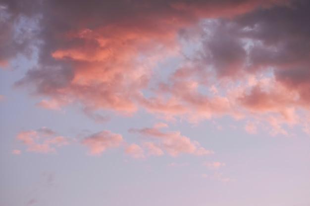 Nuvens coloridas no céu do sol, fundo da natureza