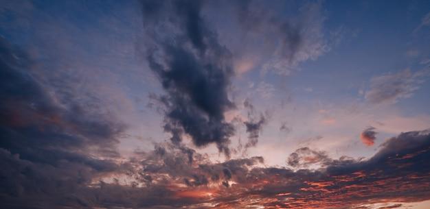 Nuvens coloridas no céu pôr do sol