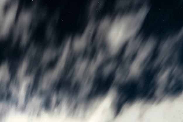 Nuvens contra o céu noturno. estrelas no fundo do céu