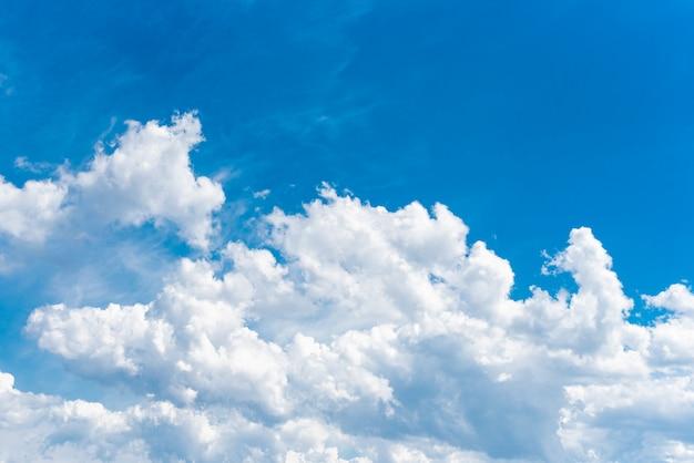 Nuvens cumulonimbus brancas bonitas no contexto do céu azul brilhante