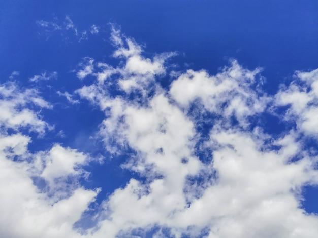 Nuvens cúmulos volumétricas brancas e fofas contra um céu azul brilhante