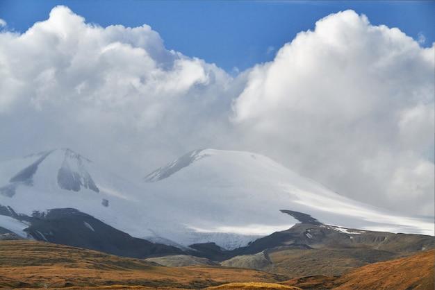 Nuvens cumulus brancas descem das montanhas, paisagem de outono nas estepes. o planalto de ukok no altai. paisagens frias fabulosas. alguém por perto