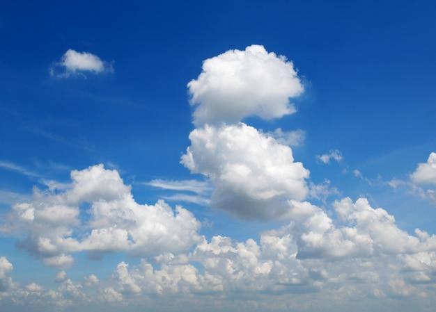 Nuvens cumulus no céu azul