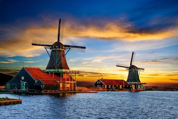 Nuvens cumulus no por do sol sobre moinhos de vento holandeses em rotterdam.