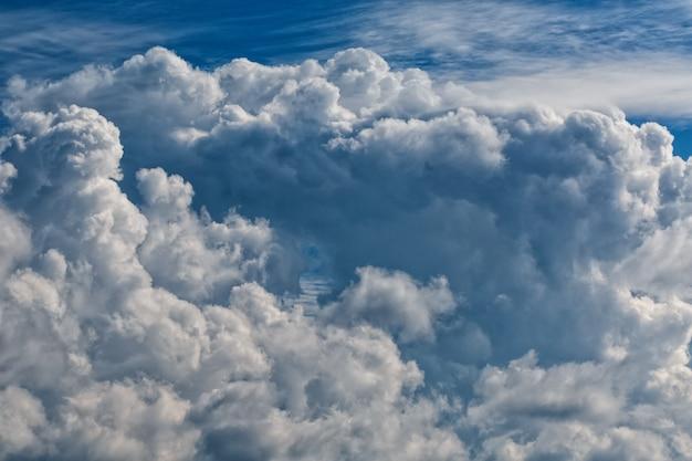 Nuvens cumulus, um grande aglomerado de nuvens