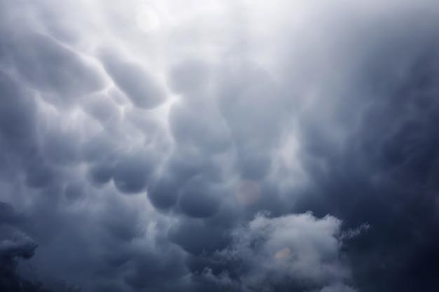 Nuvens de chuva no céu. nuvens escuras cinzentas no céu. nuvem de tempestade